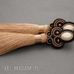 beżowo-czarne kolczyki sutasz z chwostami, sznurek, beżowe, złote, długie
