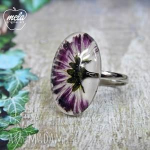0550/ mela pierścionek - stokrotka w żywicy