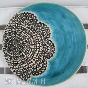turkusowy talerz ceramiczny z koronką
