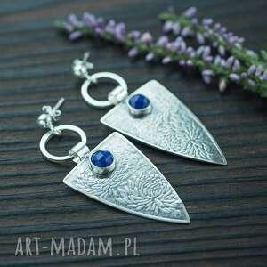 kolczyki trójkąty z kwiatowym wzorem i lapis lazuli, srebrne kolczyki