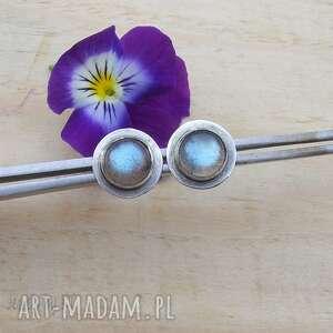 błękitne kropki labradorytu, srebrne kolczyki, delikatna biżuteria, kolczyki