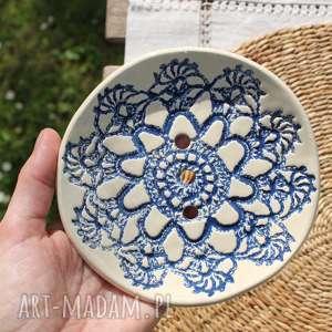niebieska koronkowa mydelniczka, łazienka, ceramika, parapetówka