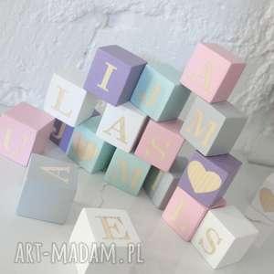ręczne wykonanie zabawki alfabet na drewnianych klockach