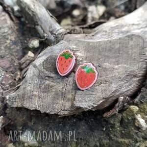 ręcznie malowane kolczyki truskawki sztyfty, żywica, truskawka