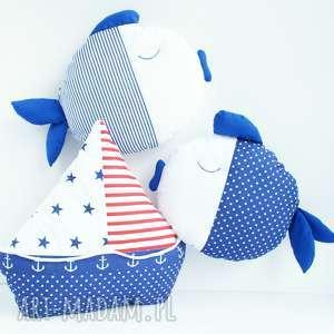 kuferek malucha zestaw marynistyczny dla chłopca- poduszka rybka łódka, żaglówka
