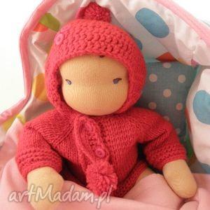 Lalka waldorfska niemowlaczek z nosidełkiem i zestawem ubranek