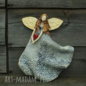 dom anioł w koronkowej sukni