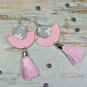 eleganckie, geoemtryczne kolczyki chwosty w pastelowych odcieniach - pudrowy róż