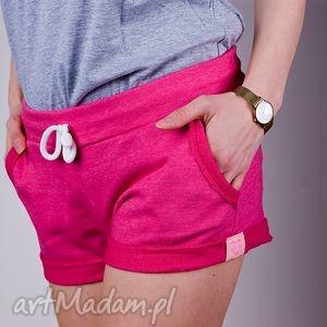 spodnie modne różowe krótkie spodenki szorty z wywijaną nogawką kolor fuksja