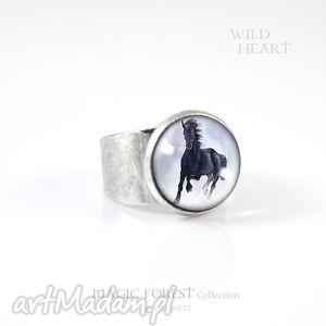 Pierścionek - czarny koń kolor srebrny liliarts pierścionek