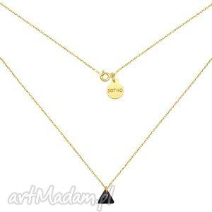 złoty naszyjnik z czarnym kryształowym trójkącikiem