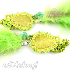 Zielone kolczyki z piórami - ,boho,chic,pióra,kolczyki-sutasz,tancerki,sutasz,