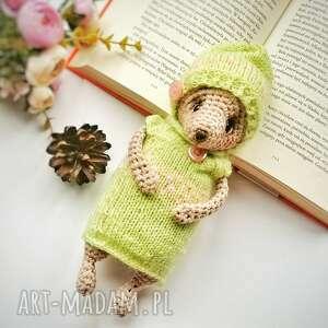 ręcznie robione zabawki miś dla dziecka w seledynowym sweterku i czapeczce