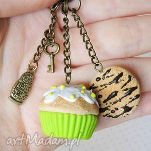 pod choinkę prezent, trawiasty brelok, muffina, lukier, ciastko, czekolada