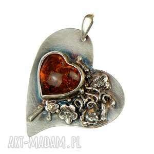 hand-made wisiorki bursztynowe serce w kwiatach a685
