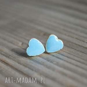 ceramiczne kolczyki sztyfty serduszka jasno niebieskie