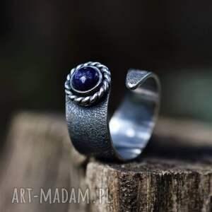 pierścień z lapis lazuli, srebrny pierścionek, granatowe oczko
