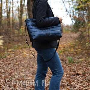 lekka i poręczna granatowa pikowana torba, torba, torebka, na ramię, duża