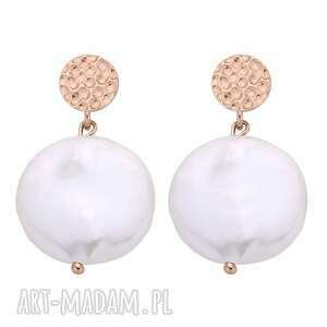 kolczyki z różowego złota z dużymi płaskimi perłami