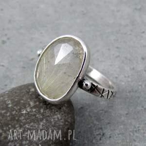 pierścionek złote pasma, elegancki, błyszczący, geometryczny, przezroczysty