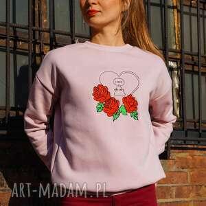 pudrowo różowa bluza dresowa z haftem serca i róż - embrio