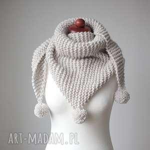 Ecru chusta z pomponami zrobiona na drutach, chusta-wełniana, chusta-na-drutach