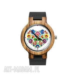 Drewniany zegarek na czarnym pasku z grafiką ludowe serce