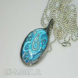 turkusowa grafika, szklany, szklany-wisior, unikatowa-biżuteria, unikalny-wisior