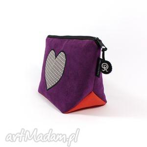 kosmetyczka fioletowa z sercem, serce, prezent, zamsz, kobieta