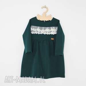 Sukienka z koronkowymi falbankami, falbanki