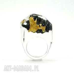 pierścionek z węglikiem krzemu i płatkami złota, żywica, karborundum, złoto, żywica