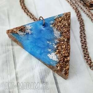 hand-made wisiorki 1051/mela - wisiorek trójkąt z żywicy i kamieni