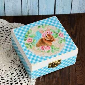 Pudełko drewniane - króliczek wśród róż pudełka maly koziolek
