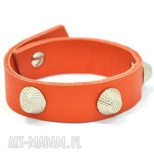 b01-02as pomarańczowa skórzana bransoletka z ozdobnymi nitami ścięte stożki