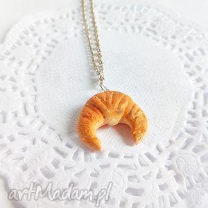 Wisiorek - rogalik z łańcuszkiem - ,rogalik,wisiorek,modelina,zawieszka,wisiorki,słodycze,