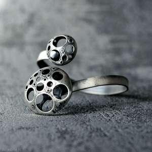 awangardowa srebrna bransoleta inspirowana kosmosem, masywna czarna