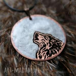 srebrzysty księżyc i wilk - wisior z malowanej miedzi żywicy, wilk, wyjący