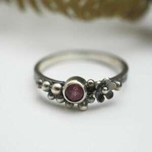 dzika róża kuleczkowy pierścionek, kuleczki, delikatny, kobiecy, granat
