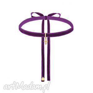 hand made naszyjniki fioletowy aksamitny choker ze złotym krzyżykiem wysadzanym