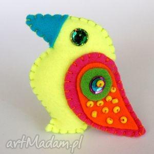 handmade pomysł na świąteczny upominek neonowy tukan - broszka z filcu
