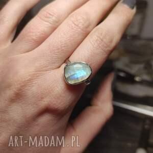 srebrny pierścionek z kamieniem księżycowym, surowy, minimalistyczny, prosty