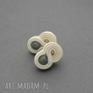 małe kolczyki sutasz z agatami, sznurek, ecru, kremowe, małe, sztyfty, eleganckie