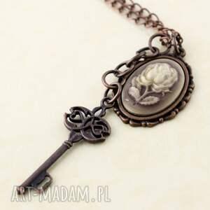 wisiorki wisior róża z kluczem, wisior, róża, kamea, klucz, zawieszka, długi