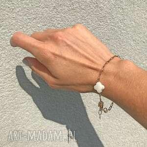 zgustem bransoletka z koniczynką, masa perłowa, srebro