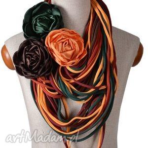 Naszyjnik dzianinowy kolory jesieni trzy broszki naszyjniki