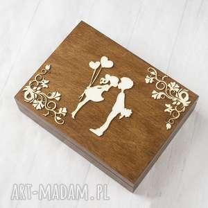 Pudełko na obrączki zakochana para z ozdobnikiem zaproszenia