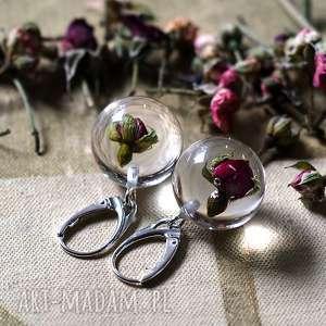 kolczyki z czerwonymi różyczkami, srebrne bigle, żywica, srebro, róża