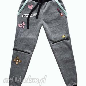 spodnie dresowe z naszywkami i zamkami, naszywki, zamki, dres, modne