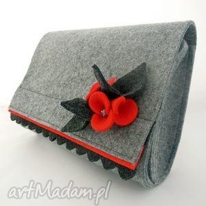 mała teczka z czerwoną broszką, teczka, filc, filcowa, broszka, kwiatek, falbanka