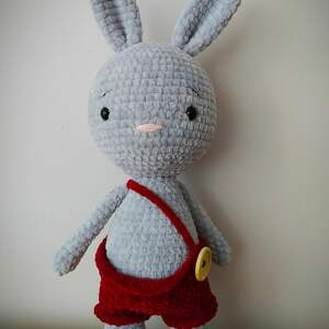 Szydełkowy królik w spodenkach maskotki minimis królik